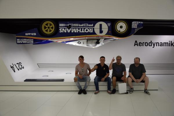 Gruppenbild04 600x400 - Besuch zur Museums-Sonderausstellung Porsche 917